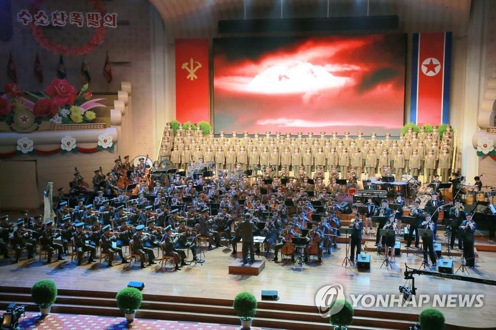 朝鲜为庆祝第六次核试验成功而举办文艺表演。图片仅限韩国国内使用,严禁转载复制。(韩联社/朝中社)
