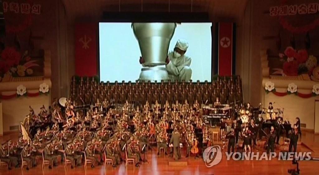 朝鲜央视9月10日播放了第六次核试验庆功文艺演出视频,图为演出现场。图片仅限韩国国内使用,严禁转载复制。(韩联社/朝鲜央视)