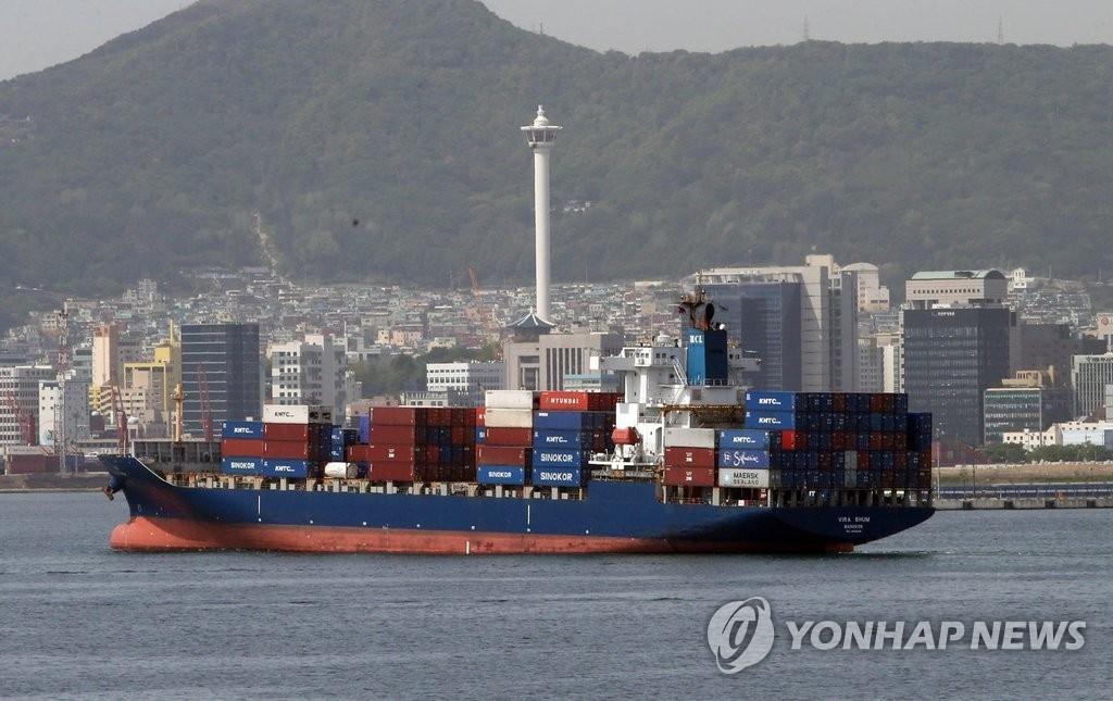 资料图片:集装箱货船(韩联社)