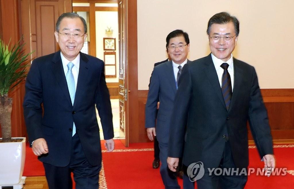 9月11日,在青瓦台,总统文在寅(右)和联合国前秘书长潘基文走进会议室。(韩联社)