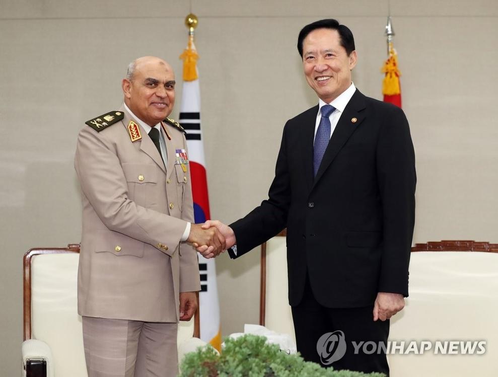 9月11日,在位于首尔龙山区的韩国国防部大楼,国防部长官宋永武(右)与埃及国防部长塞西亲切握手。(韩联社)