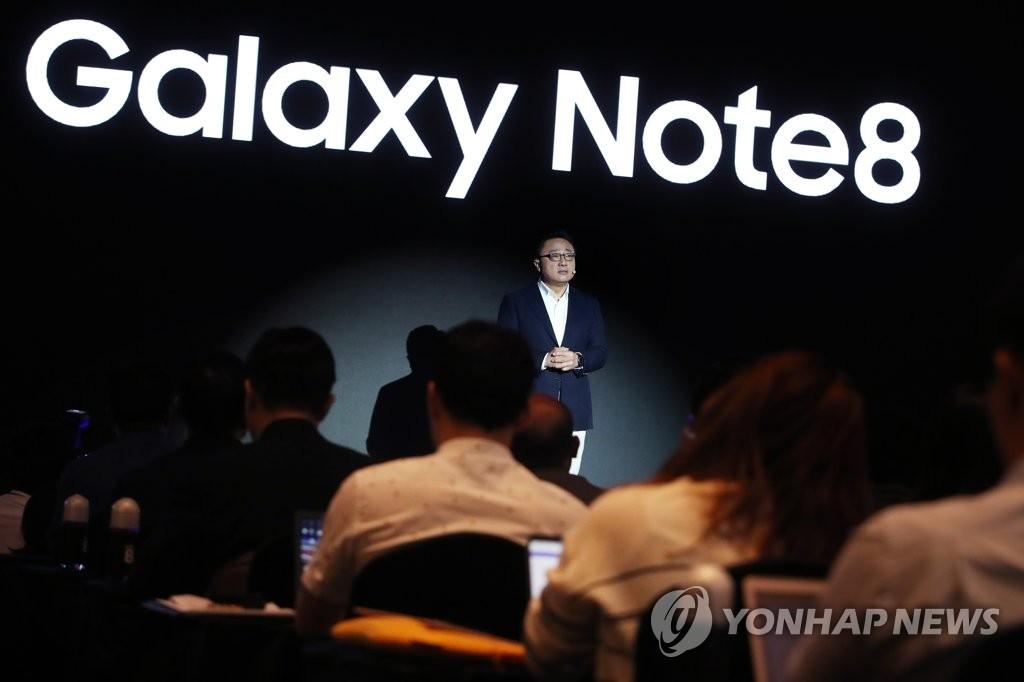 9月12日,在三星电子总部大楼,高东真正在介绍Galaxy Note8。(韩联社)
