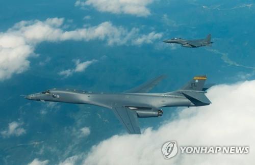 """资料图片:8月31日下午,美国向韩半岛出动2架B-1B""""枪骑兵""""远程战略轰炸机和4架F-35B隐形战斗机,反制朝鲜日前发射""""火星-12""""中程弹道导弹的挑衅之举。(韩联社/美国太平洋司令部提供)"""