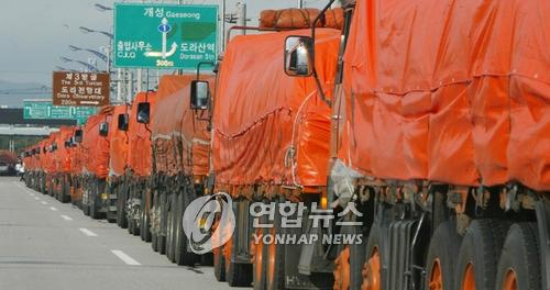 资料图片:装载对朝援助物品的卡车开向朝鲜。(韩联社)