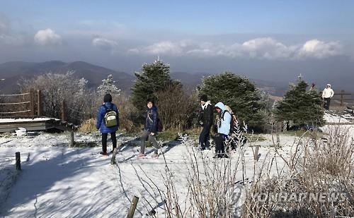 资料图片:体验冰雪游的东南亚游客(韩联社)