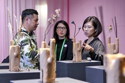 访客在参观展品。(韩联社/清州市政府提供)