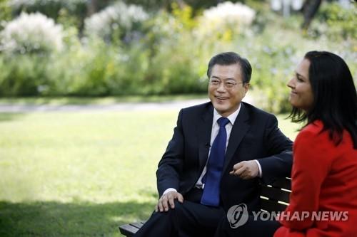 9月14日下午,在青瓦台,韩国总统文在寅(左)接受美国有线电视新闻网专访。(韩联社/青瓦台提供)