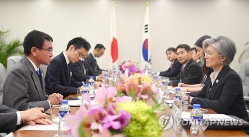 资料图片:8月7日,在菲律宾马尼拉,韩日外长利用东盟地区论坛间隙举行双边会谈。(韩联社)