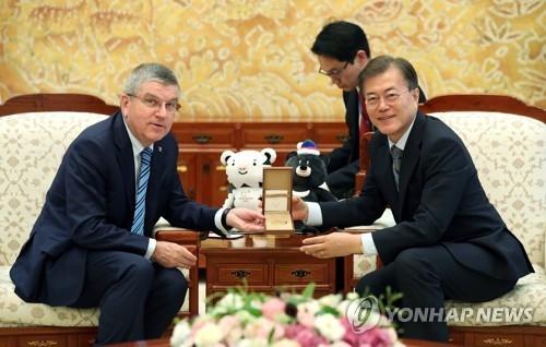 资料图片:7月3日,在青瓦台,韩国总统文在寅(右)会见国际奥委会主席巴赫。(韩联社)
