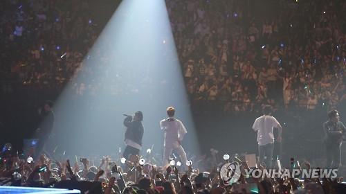 """资料图片:当地时间2016年6月2日,在法国巴黎举行的韩流文化主题盛典""""KCON""""上,韩国男团Block B在进行表演。(韩联社)"""