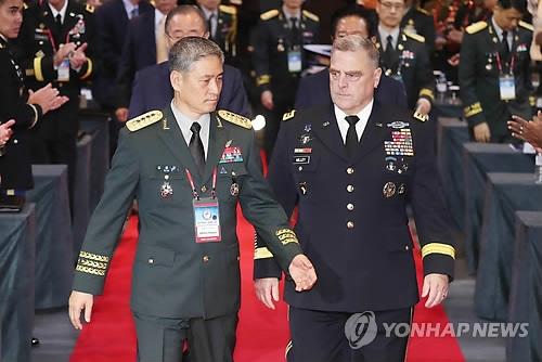 9月18日,在首尔君悦大酒店,韩国陆军参谋总长金勇佑(左)和美国陆军参谋长马克·米利走进太平洋地区陆军参谋长会议开幕式会场。(韩联社)
