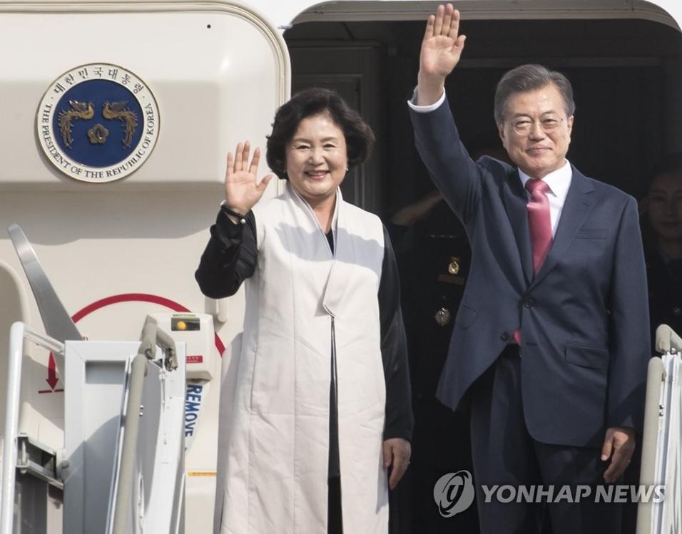 9月18日下午,在城南首尔机场,韩国总统文在寅和夫人金正淑乘机出发,赴美国纽约出席联合国大会。(韩联社)