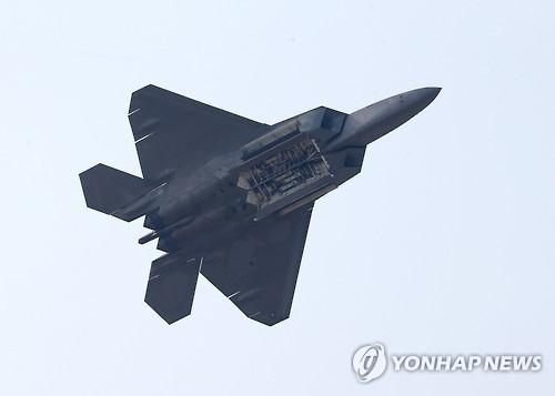 资料图片:F-22战机在2015首尔国际航空宇宙及防卫产业展(ADEX)上进行飞行展示。(韩联社)