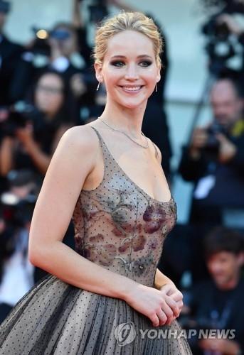 资料图片:9月5日,在74届威尼斯电影节,演员詹妮弗·劳伦斯亮相《母亲》首映红毯。(韩联社/欧新社)