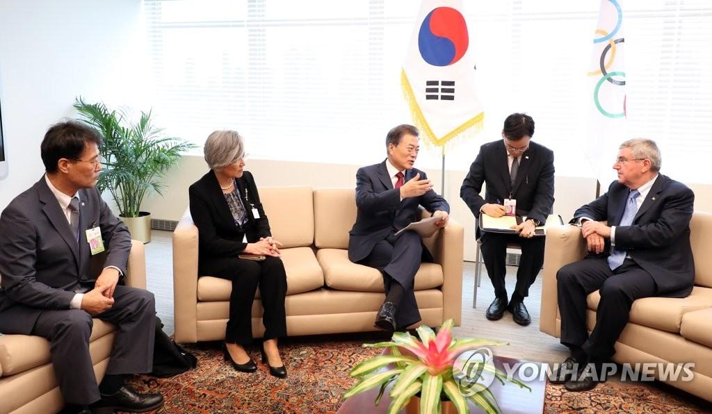 当地时间9月19日上午,在美国纽约联合国总部,韩国总统文在寅(左三)与国际奥委会席巴赫(右一)正在亲切会谈。(韩联社)