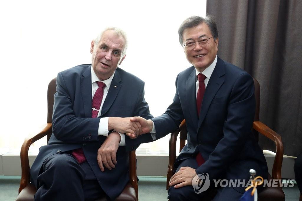 当地时间9月19日,在纽约联合国总部,韩国总统文在寅(右)同捷克总统米洛斯·泽曼亲切握手。(韩联社)