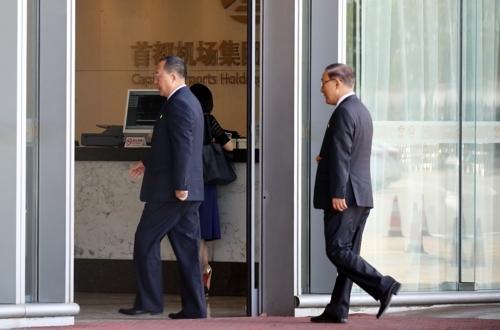 9月20日下午,在北京首都机场,李勇浩(左一)准备飞往赴美。(完)
