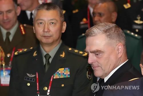 资料图片:9月18日,在首尔,尤海涛(左)出席第10届太平洋地区陆军参谋长会议开幕式。(韩联社)