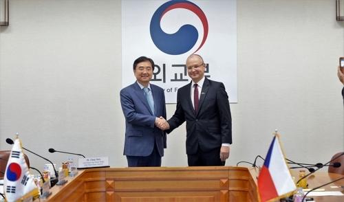 9月20日下午,在韩国外交部,赵显与埃杜尔德.穆日茨基共同主持韩捷经济联委会第3次会议。(韩联社)