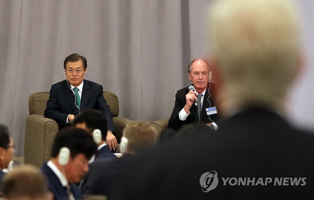 """9月20日,韩国总统文在寅(左)出席在纽约巴克莱洲际酒店举行的""""对话纽约企业界·经济界人士""""活动,并接受现场提问。(韩联社)"""
