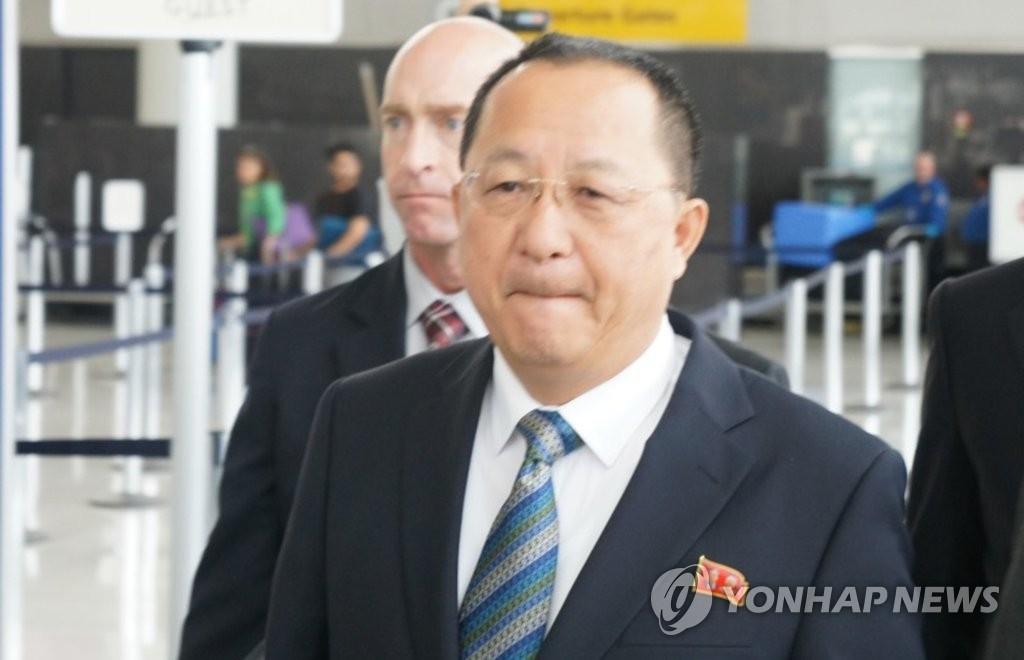 当地时间9月20日,在美国纽约肯尼迪机场到达厅,朝鲜外务相李勇浩前往乘车地点。(韩联社)
