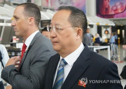 当地时间9月20日,在美国纽约肯尼迪机场到达厅,朝鲜外务相李勇浩(右)在朝鲜驻美代表部职员的陪同下前往乘车地点。(韩联社)