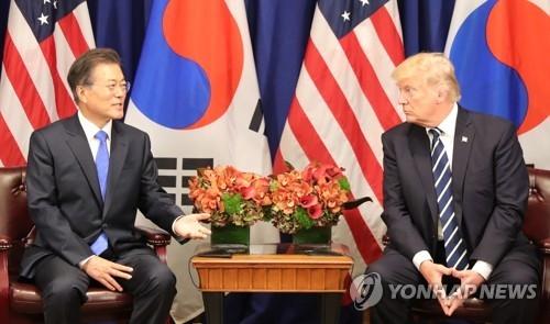 当地时间9月21日,在纽约,韩国总统文在寅(左)和美国总统特朗普举行会谈。(韩联社)