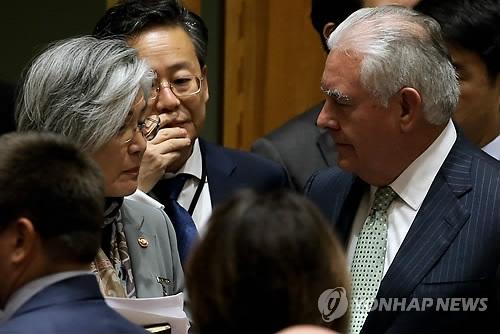 美国东部时间21日,在联合国总部,康京和与蒂勒森在安理会有关防范大规模杀伤性武器扩散的部长级会议召开前交谈。(韩联社)