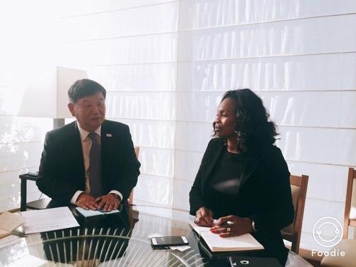 当地时间9月22日,在法国巴黎,韩国文化体育观光部第二次官(左)与法国体育部长劳拉•弗莱塞尔举行会谈。(韩联社)