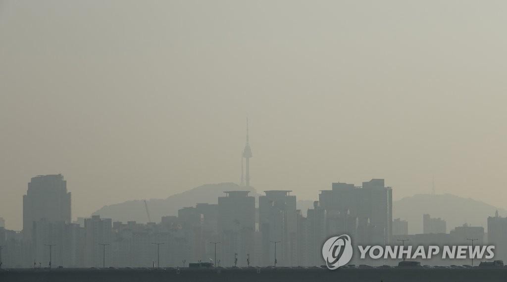 被雾霾笼罩的首尔市区(韩联社)