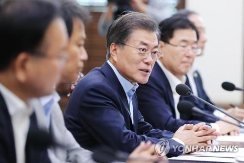 9月24日,在青瓦台,韩国总统文在寅(左三)主持召开国家安全保障会议(NSC)全体会议。(韩联社/青瓦台提供)