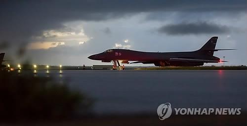 资料图片:图为本月23日在关岛准备起飞的美国空军B-1B轰炸机(韩联社)