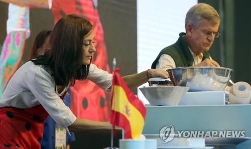 9月23日,在2017年慢生活国际大会,西班牙驻韩国大使伉俪在烹制西班牙菜。(韩联社)