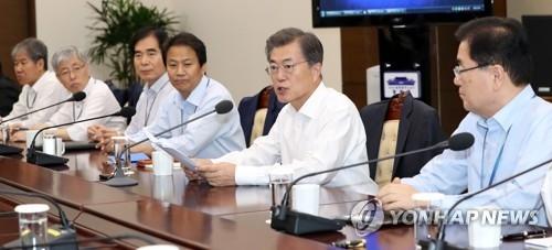 9月25日,在青瓦台,文在寅(右二)主持召开首席秘书和助理会议。(韩联社)