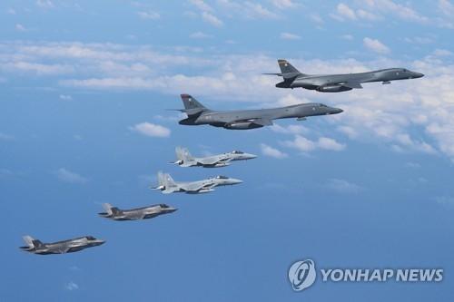 """资料图片:8月31日,美国向韩半岛出动2架B-1B""""枪骑兵""""远程战略轰炸机和4架F-35B隐形战斗机,反制朝鲜日前发射""""火星-12""""中程弹道导弹的挑衅之举。(韩联社/美国太平洋司令部提供)"""