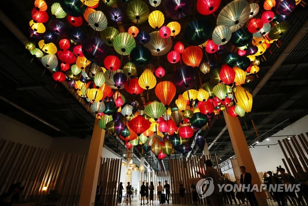 """9月7日,2017光州设计双年展进入倒计时一天,媒体公开活动在光州北区双年展展厅举行,图为名为""""亚洲未来""""的展品。(韩联社)"""