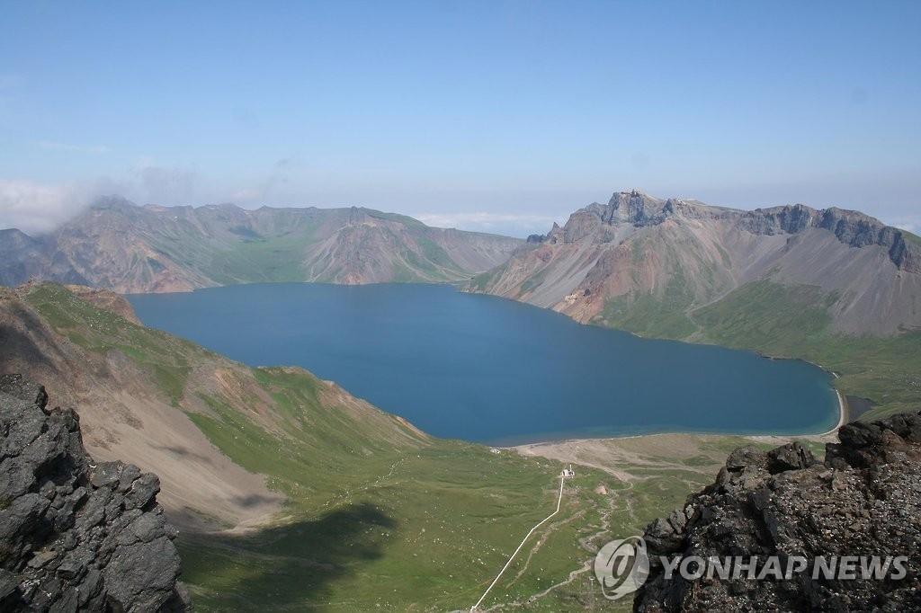 资料图片:白头山天池(韩联社)