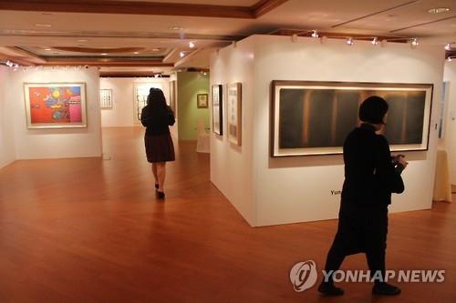 资料图片:首尔拍卖在港竞拍会现场照(韩联社)