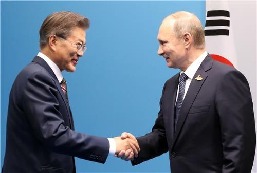 资料图片:韩俄总统对视。(韩联社)