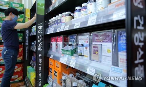 资料图片:超市里陈列着各种功能性保健食品。(韩联社)