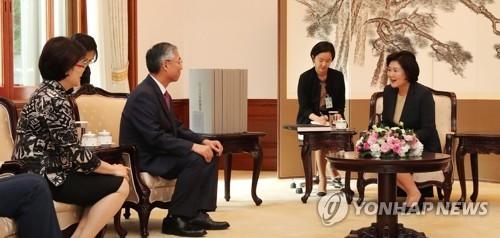 9月27日下午,在韩国总统府,文在寅的夫人金正淑(右一)会晤中国驻韩大使邱国洪夫妇(左一、二)。(韩联社)