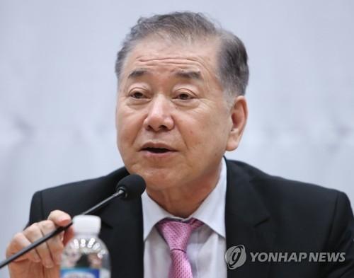9月27日,在国会宪政纪念馆,韩国总统统一外交安保特别助理文正仁出席东亚未来财团讨论会并发言。(韩联社)
