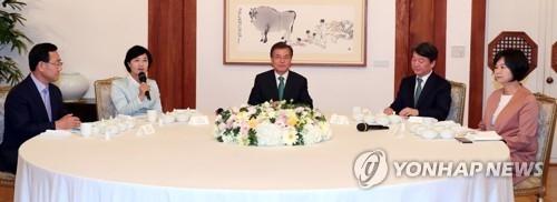 9月27日下午,在韩国总统府青瓦台,正党党鞭朱豪英(左起)、正义党党首李贞味、韩国总统文在寅、国民之党党首安哲秀、共同民主党党首秋美爱举行晚餐会。(韩联社)