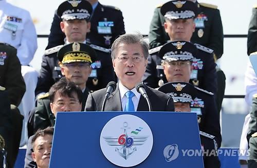 9月28日上午,在京畿道平泽韩军第二舰队司令部,文在寅在建军69周年纪念活动上致辞。(韩联社)