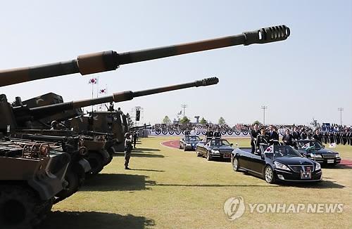 9月28日上午,在韩国海军第二舰队司令部,韩国总统文在寅与防长宋永武乘车检阅武器装备。(韩联社)