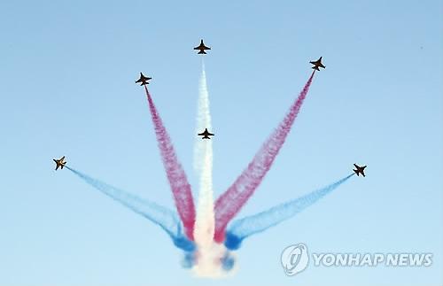 """韩国空军""""黑鹰""""特技飞行表演队在""""国军日""""纪念活动上展现炫酷的空中特技。(韩联社)"""