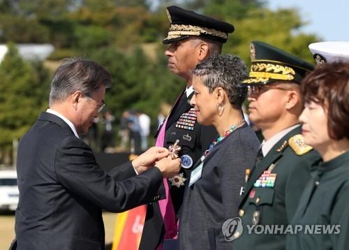 文在寅向文森特·布鲁克斯授勋。(韩联社)