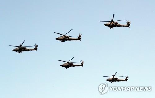 """AH-64""""阿帕奇""""武装直升机编队飞行。(韩联社)"""