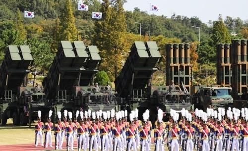 """""""爱国者""""导弹(左)和M-SAM中远程地对空导弹亮相。(韩联社)"""
