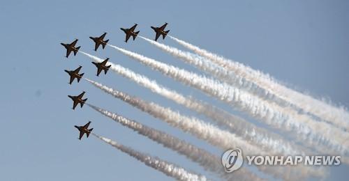 """空军""""黑鹰""""特技飞行表演队进行表演。(韩联社)"""